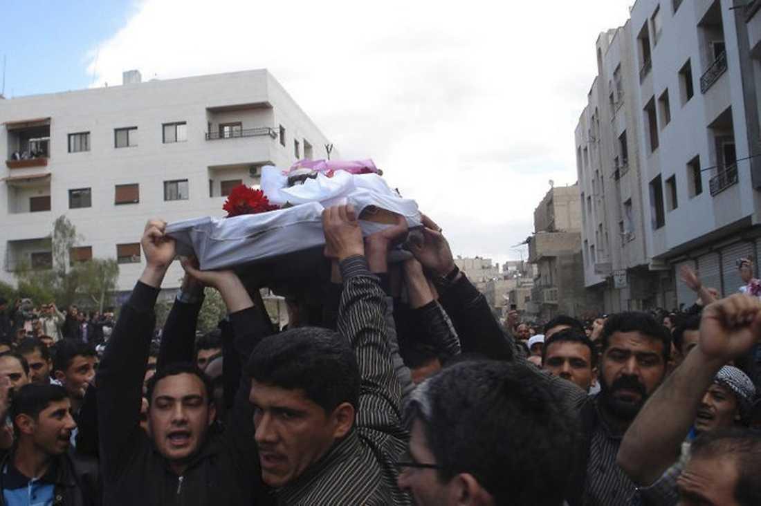 GICK GENOM STADEN Nära 100 personer ska ha dödats på långfredagen i Damaskus. I går gick tiotusentals människor i ett begravningståg genom genom staden – då öppnade soldater eld.