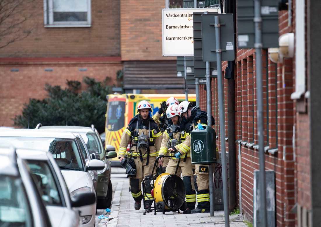 Räddningstjänsten på plats vid en brand på Grangatan i centrala Malmö på måndagen.