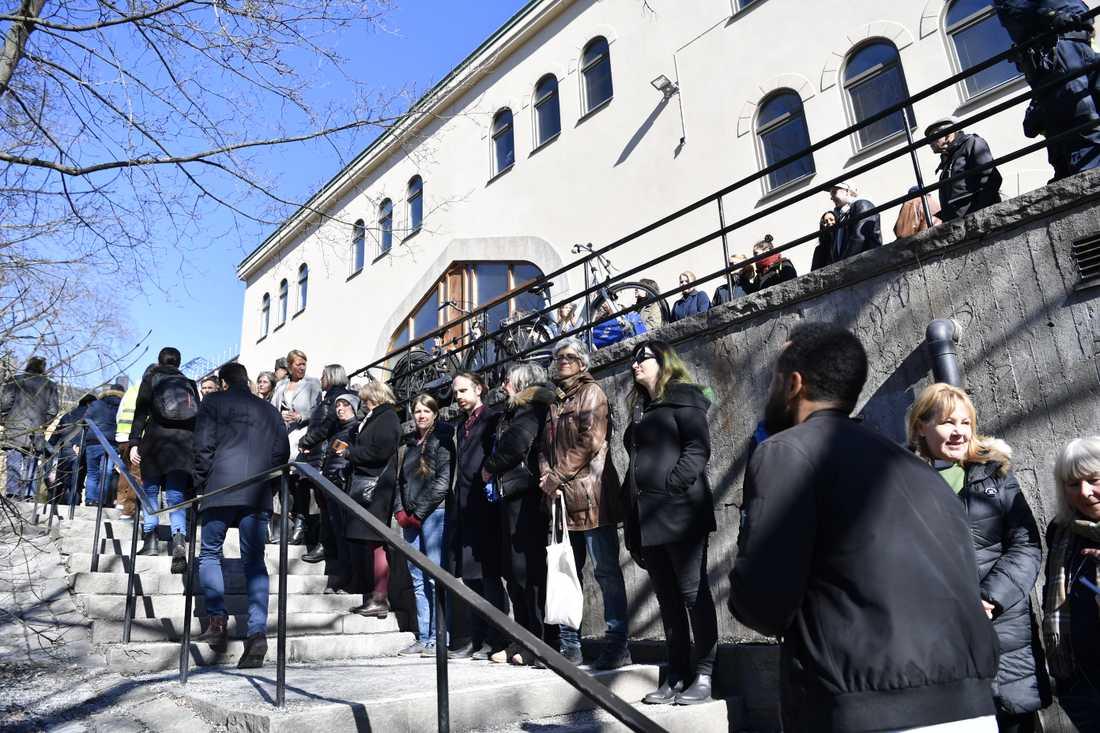 Många dök upp under fredagen vid moskén på Södermalm för att manifestera mot terrorn.