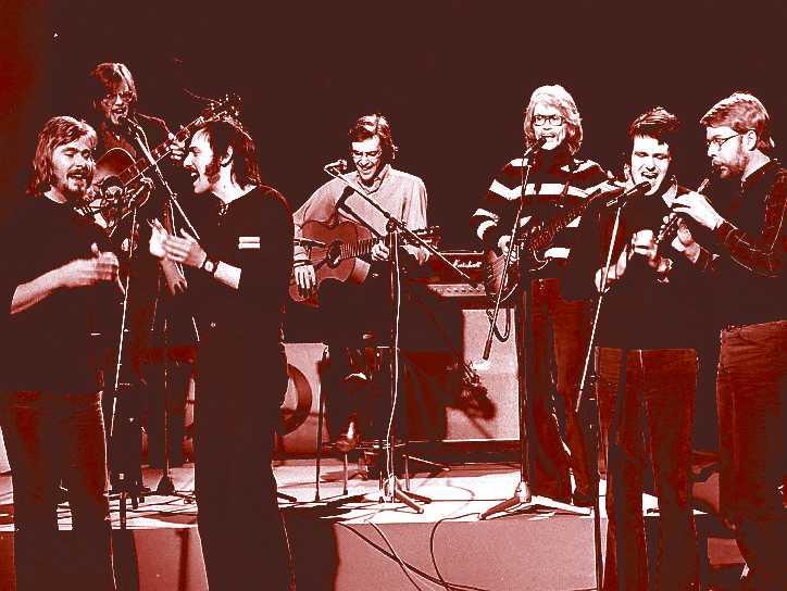Hoola Bandoola band på scen med bland andra Björn Afzelius i mitten och Mikael Wiehe längst till höger.
