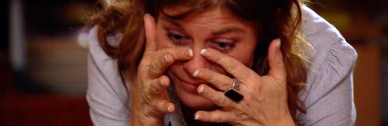 Pernilla Wahlgren torkar tårarna efter att ha brutit ihop inför kamerorna. Hon har delad vårdnad om sin tvårige son Teo.