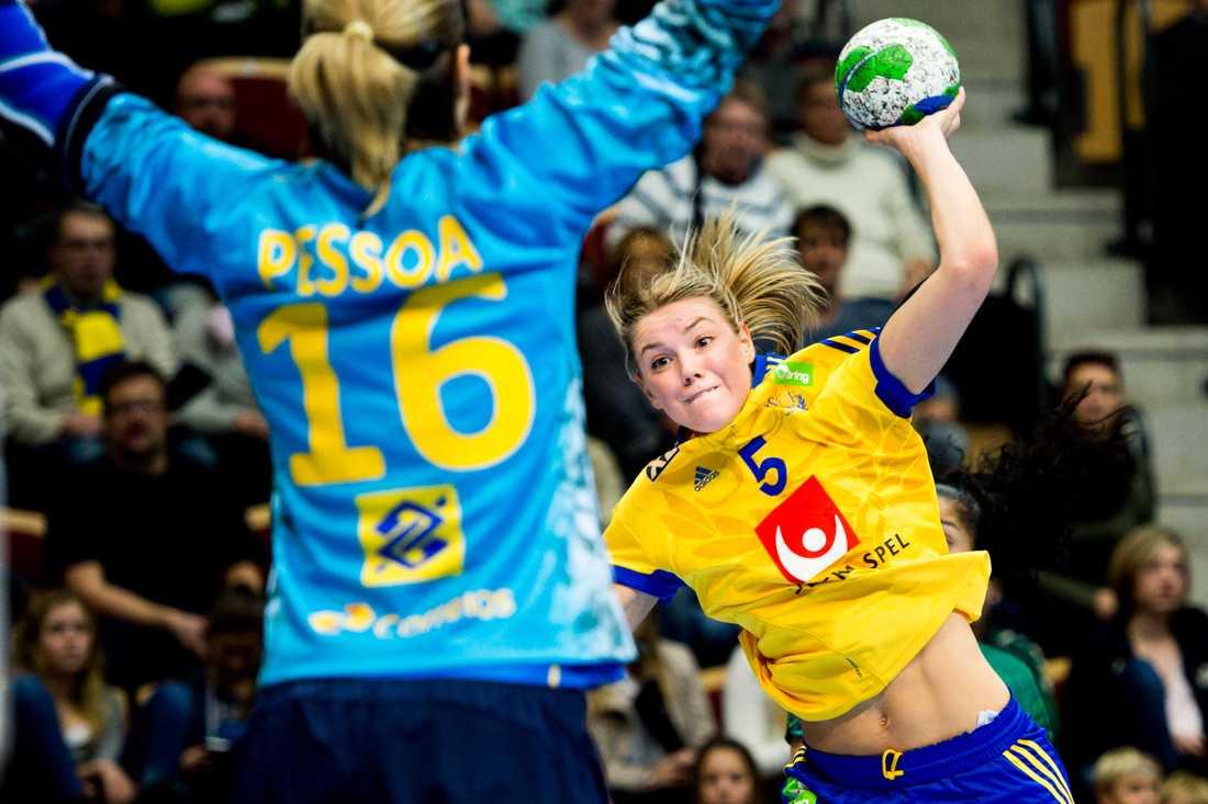 Hanna Fogesltröm Ålder: 24 Position: Högersexa. Klubb: Toulon Saint Cyr Var