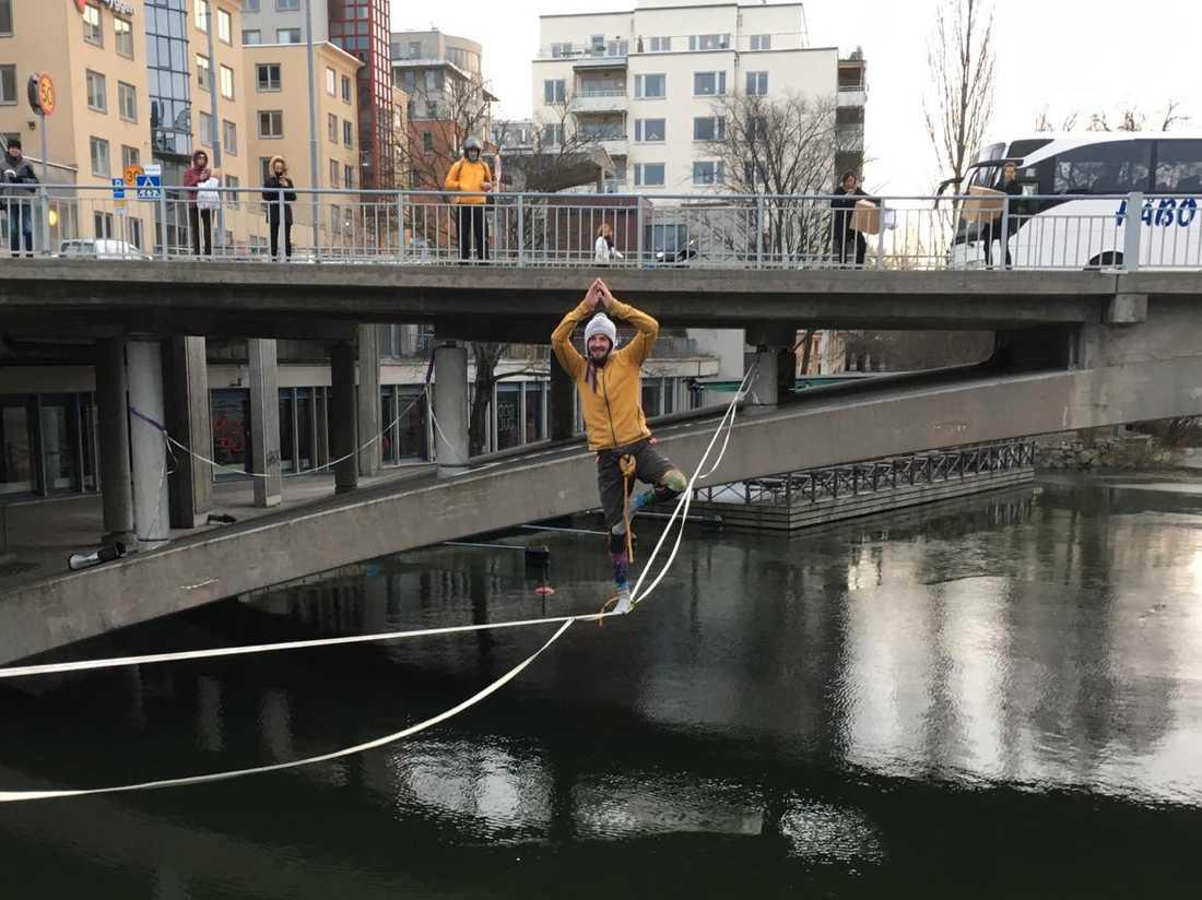 Mathias Rohdin förvånade många förbipasserande i centrala Stockholm under söndagen.