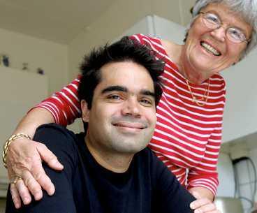 David Batra, ståupppkomiker, 30 år tycker att mamma Marianne Batra, 65, pensionerad lärarinna är tålig.