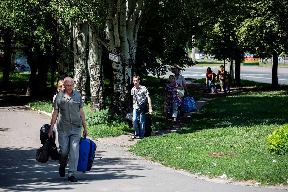 FLYR I PANIK Striderna i miljonstaden Donetsk tvingar invånarna på flykt.