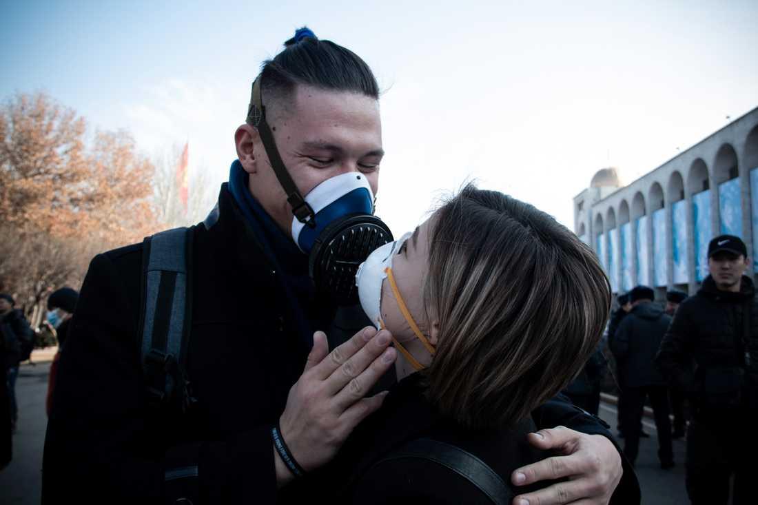 Aida Almazova, 21, och pojkvännen Daniyar Bogachiev, 20, bär så gott som alltid mask för att kunna andas under Bisjkekvintern.