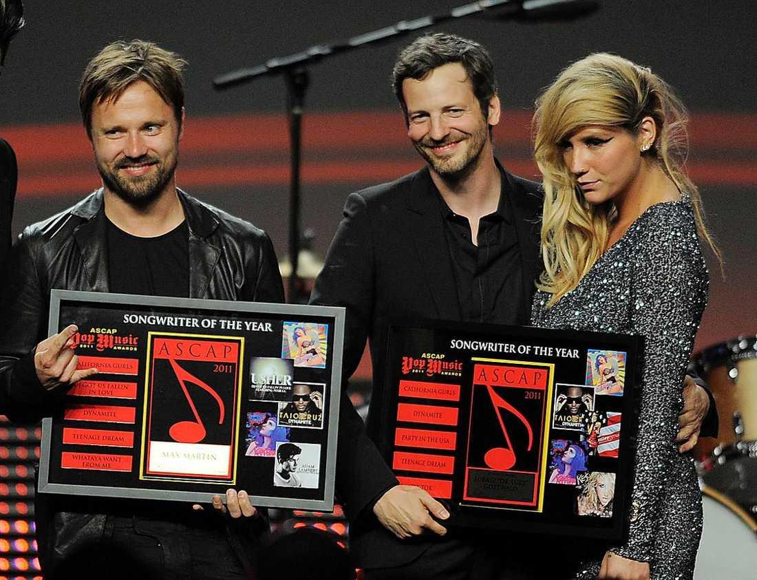"""FRAMGÅNGSRIKA Låtskrivarna Max Martin och Johan """"Shellback"""" Schuster, här tillsammans med sångerskan Kesha."""