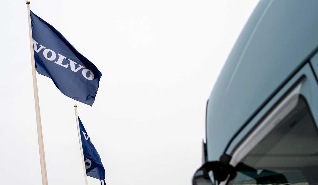 AB Volvo får kritik efter bonusutdelning till toppchefer.