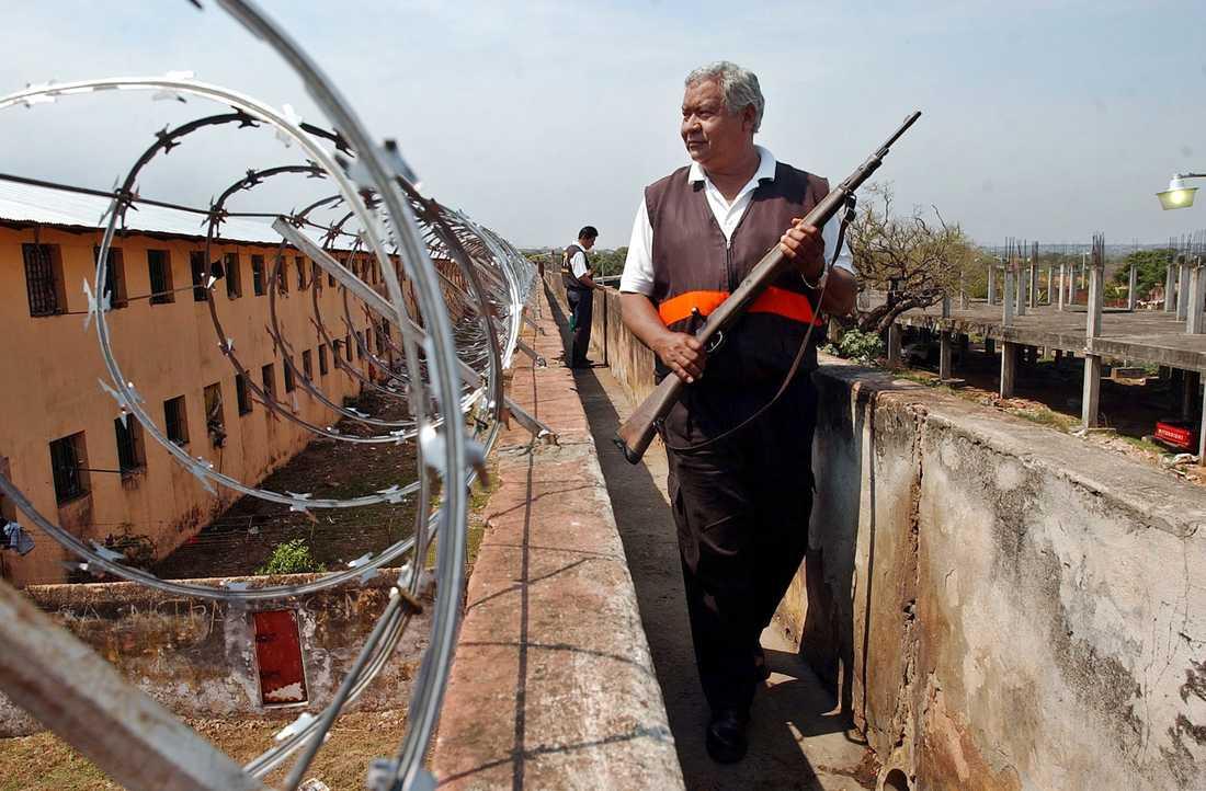 En vakt patrullerar ett fängelse i Paraguay. Arkivbild.