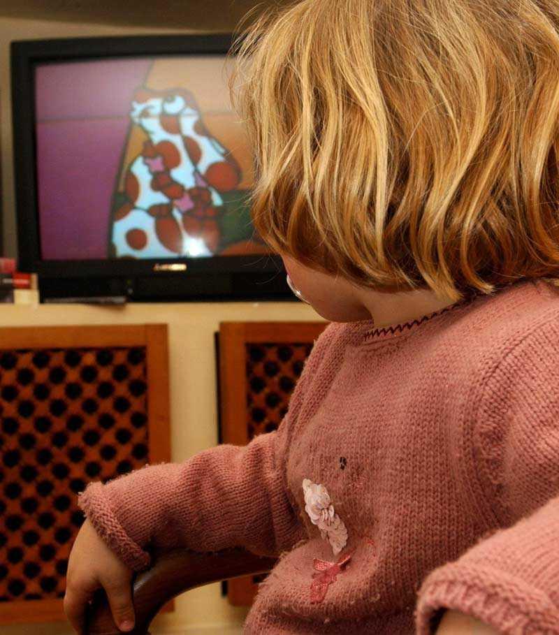 Även mycket små barn kan tillgodogöra sig tv-program - men det är bra om en vuxen sitter med och kan förklara.