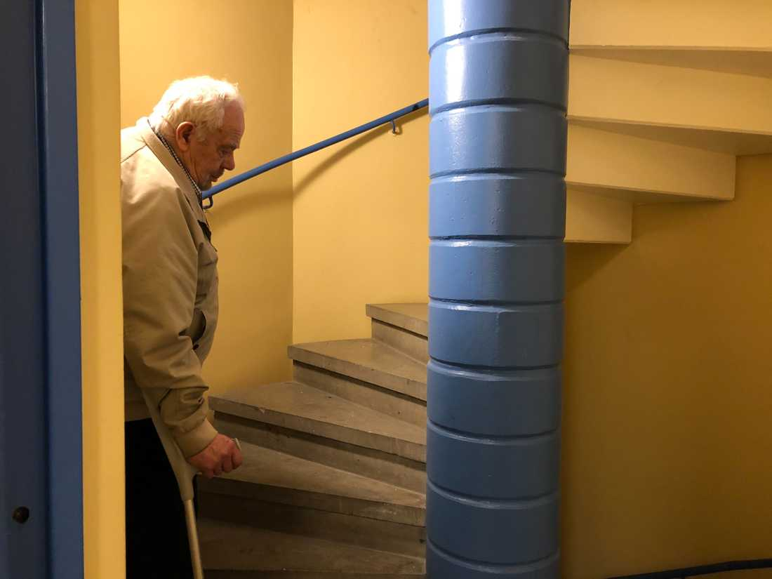 Att ta sig upp för trapporna var en risk Kjell Erik inte vågade ta.