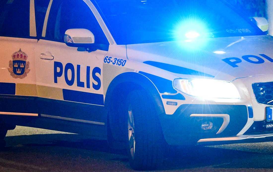 Bombtekniker och kriminaltekniker utreder en explosion i en bil i Skarpnäck. Arkivbild.