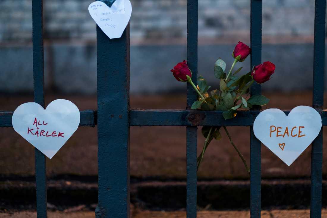 Blommor och pappershjärtan sattes upp på grindarna till synagogan i Göteborg efter attacken förra vintern. Arkivbild.