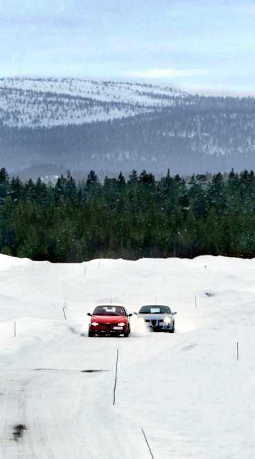Isbanan är en slinga med olika kurvor och raksträckor, testförarna kör så fort däcken tillåter.