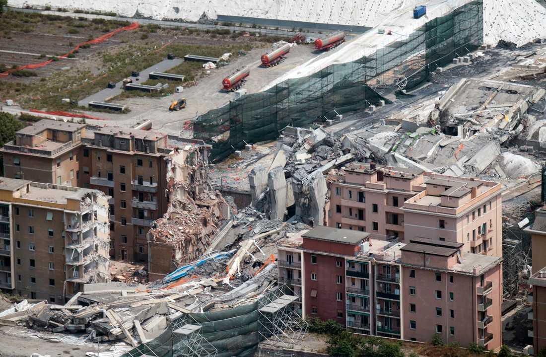 På bilden syns resterna av Morandibron som rasade i augusti i fjol. Bilden är från slutet av juni 2019.