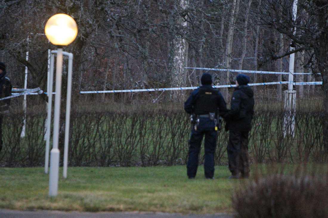 Polisen har spärrat av ett område utomhus.