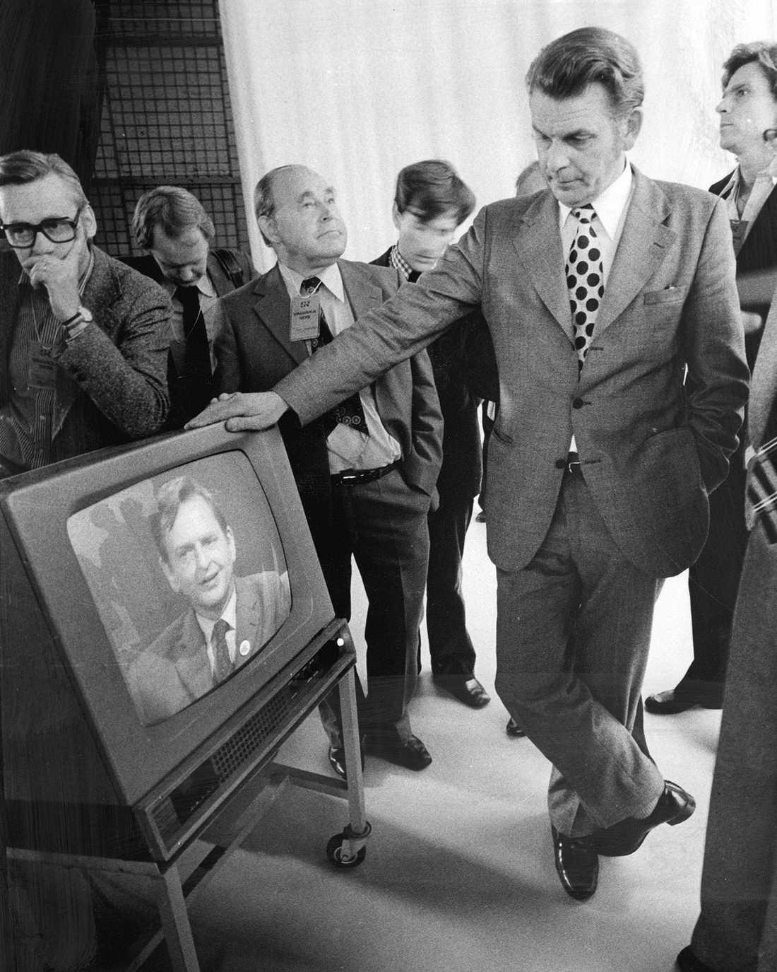 Riksdagsvalet 1976. Thorbjörn Fälldin segrade i valet och ser Olof Palme på tv där han erkänner sig besegrad.