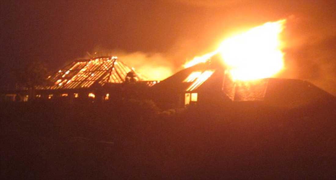 BLIXTNEDSLAG  Richard Bransons villa brann ner till marken efter ett blixtnedslag i förrgår natt. Bland gästerna fanns bland andra Bransons familj och Kate Winslet. Nu hyllas hon som hjälte efter att hjälpt miljardärens mor till säkerhet.