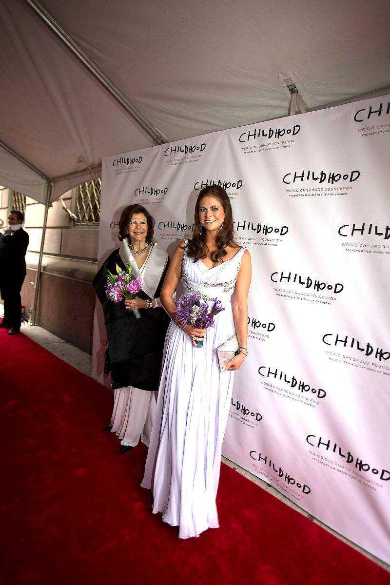 Drottning Silvia och prinsessan Madeleine anländer till galamiddag på Gotham Hall.