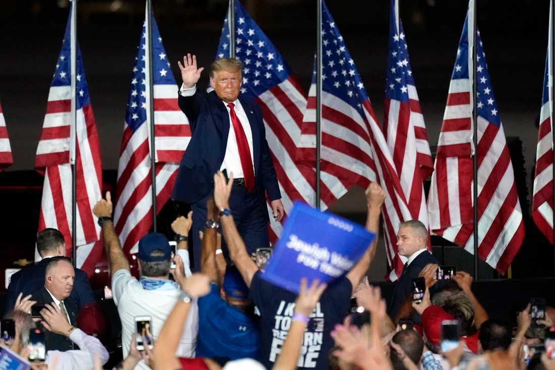 En grupp hotar med att lista Trumps medarbetare och sympatisörer och på så sätt göra det svårare för dem att få jobb i framtiden.