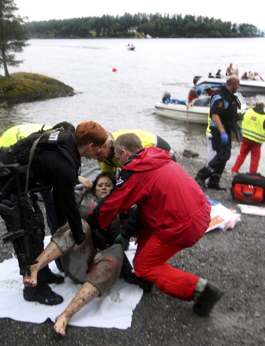 RÄDDAD Mördaren var utklädd till polis när han kom fram till Utøya. På så vis lurade han till sig ungdomar som han sedan avrättade. Men det fanns även de som klarade sig undan mannen efter att antingen ha gömt sig på ön eller simmat ut i vattnet.