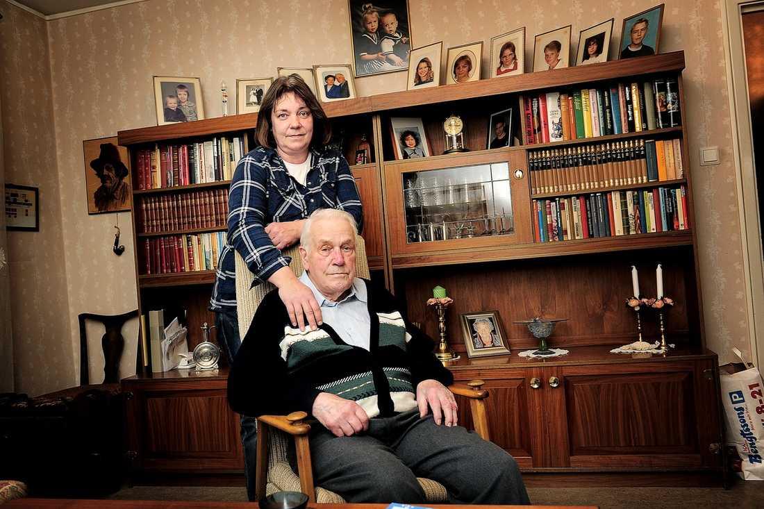 JOBBA, SOVA, PAPPA Lena Ezelius tvingas offra all sin fritid på att ta hand om sin pappa Kalle, 94, eftersom han nekas hjälp av vården.