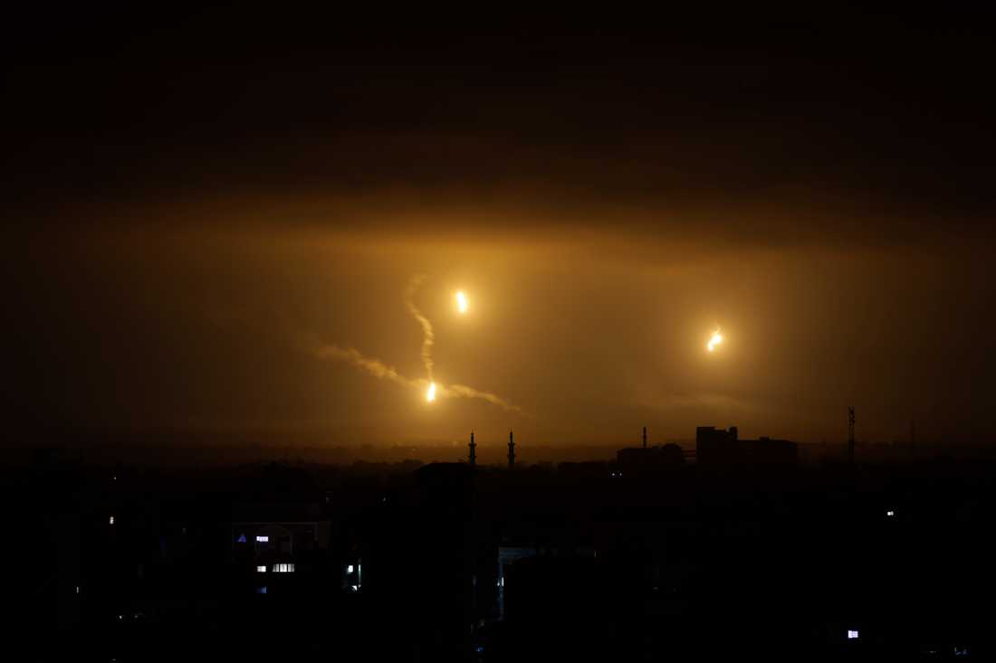Lysraketer ovanför Gaza City. Båda parterna kom på torsdagen överens om ett eldupphör under 72 timmar.
