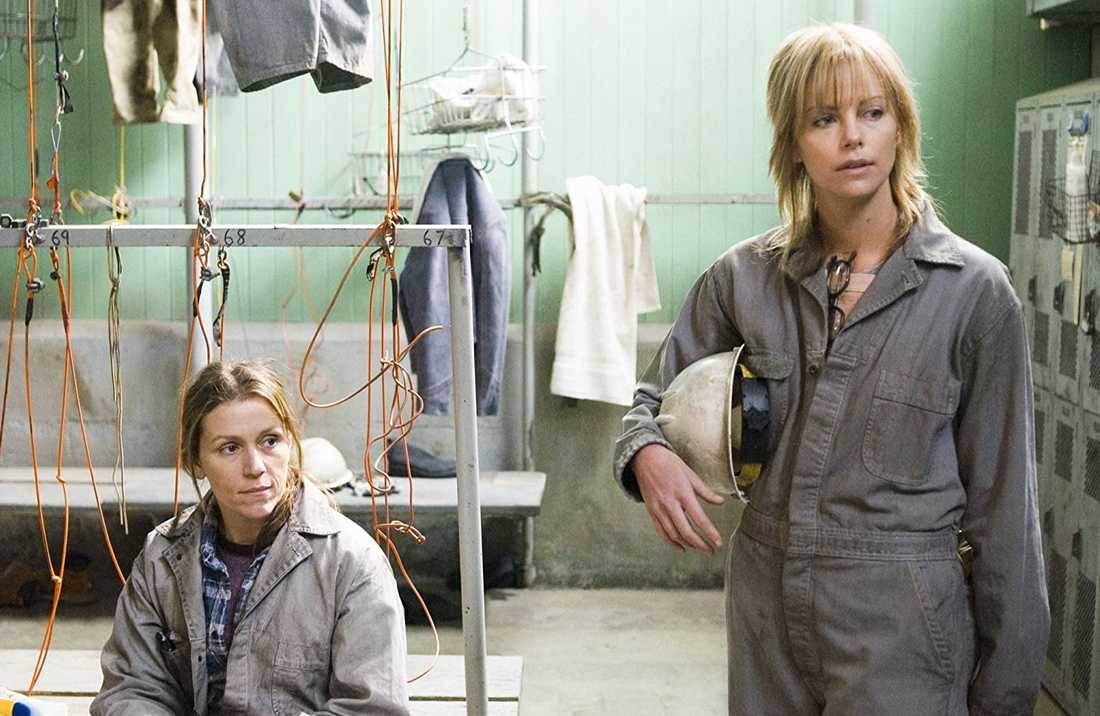 "Frances McDormand och Charlize Theron i ""North country""."