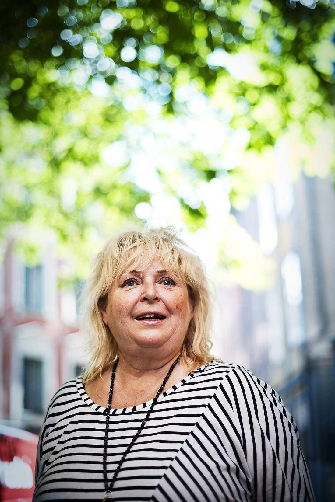 """""""JAG DRACK FÖR ATT STÅ UT"""" Kikki Danielsson berättar nu att det var för att orka med äktenskapet som hon började dricka. """"Mina barn skulle inte bli skilsmässobarn som jag"""", säger sångerskan som beskriver sitt livs svåraste stund, då hon lämnas bort av sin pappa till en fosterfamilj, i boken """"Ett schlagerliv"""" ."""