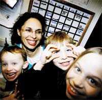 Mamma - och egen företagare – Jag hoppade av konsultjobbet för att jag inte kunde förena barn och jobb. Jag ville äga min egen tid, säger trebarnsmamman Anna Wilsby, 41. Istället startade hon eget företag och är numera vd för Profylaxgruppen. Annas barn heter Adam, 4, Felix, 8, och Klara, 10.
