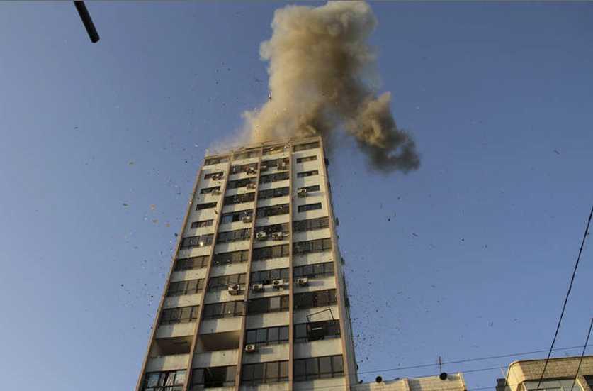 Israel attackerade en tv-station i Gaza på söndagen. Flera personer i byggnaden, där även flera västerländska medier finns inhysta, skadades i attacken.