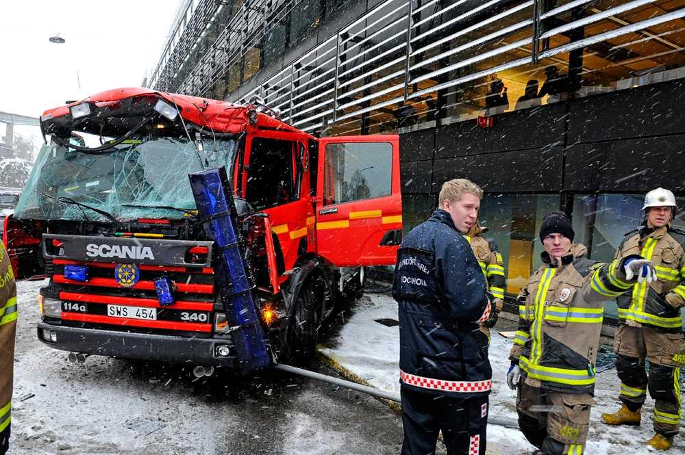 BRANDBILSKRASCH En brandbil sladdade in i en husfasad vid Slussen i Stockholm.