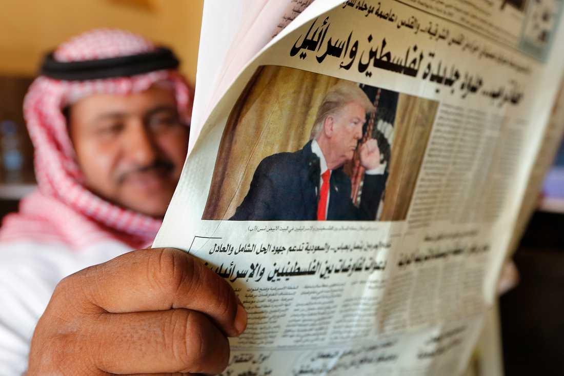 En saudier i Jidda läser tidningen, med rapportering om Trumps fredsplan som huvudnummer, på onsdagen.