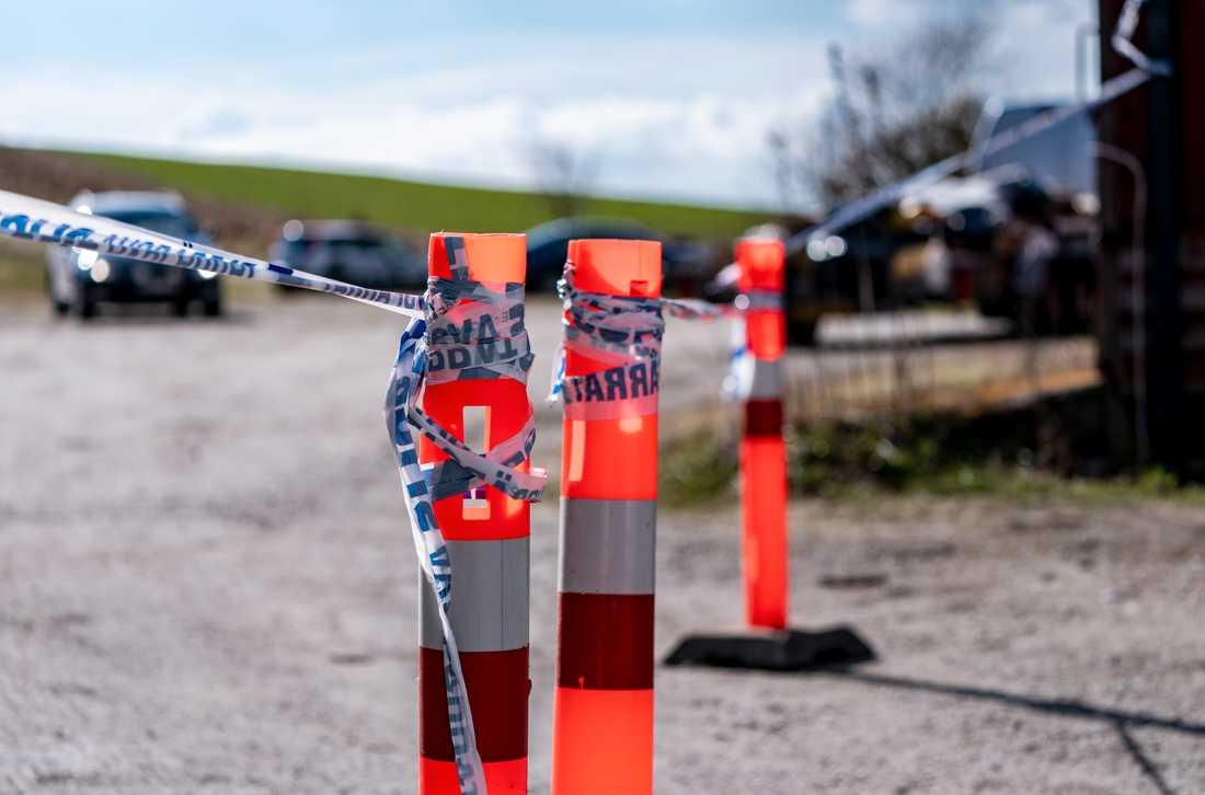 Polisen har spärrat av ett större område kring en jordbruksfastighet utanför Svedala efter ett tillslag på onsdagseftermiddagen.