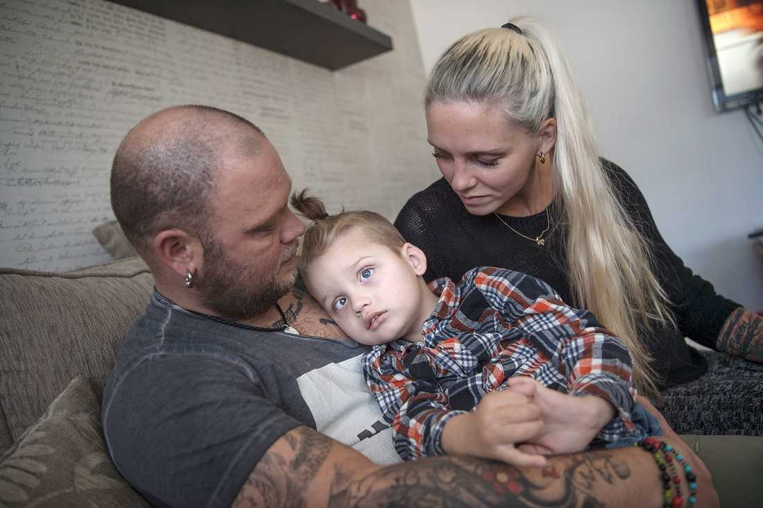 Cimon, 4, föddes svårt hjärnskadad på grund av en genmutation. Han behöver hjälp med allt. Ändå har Försäkringkassan dragit ned på assistansen med åtta timmar per dygn.