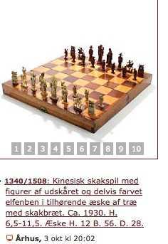 Bruun Rasmussen: Schackbräde med pjäser. Daterat till cirka 1930. Jag anser att dessa schackpjäser mycket väl kan vara tillverkade mycket senare än 1947, faktiskt högst sannolikt. Mycket dåligt skurna pjäser. Inget slitage på brädet heller, för övrigt. Det är i högsta grad anmärkningsvärt att auktionshuset inte kommenterar proveniensen, med en datering så nära 1947 som 1930.