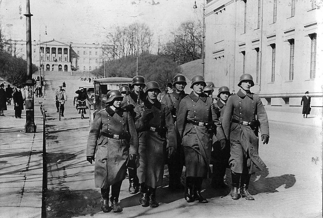 Tyska trupper marscherar in på Karl Johans gata i Oslo den 9 april 1940.