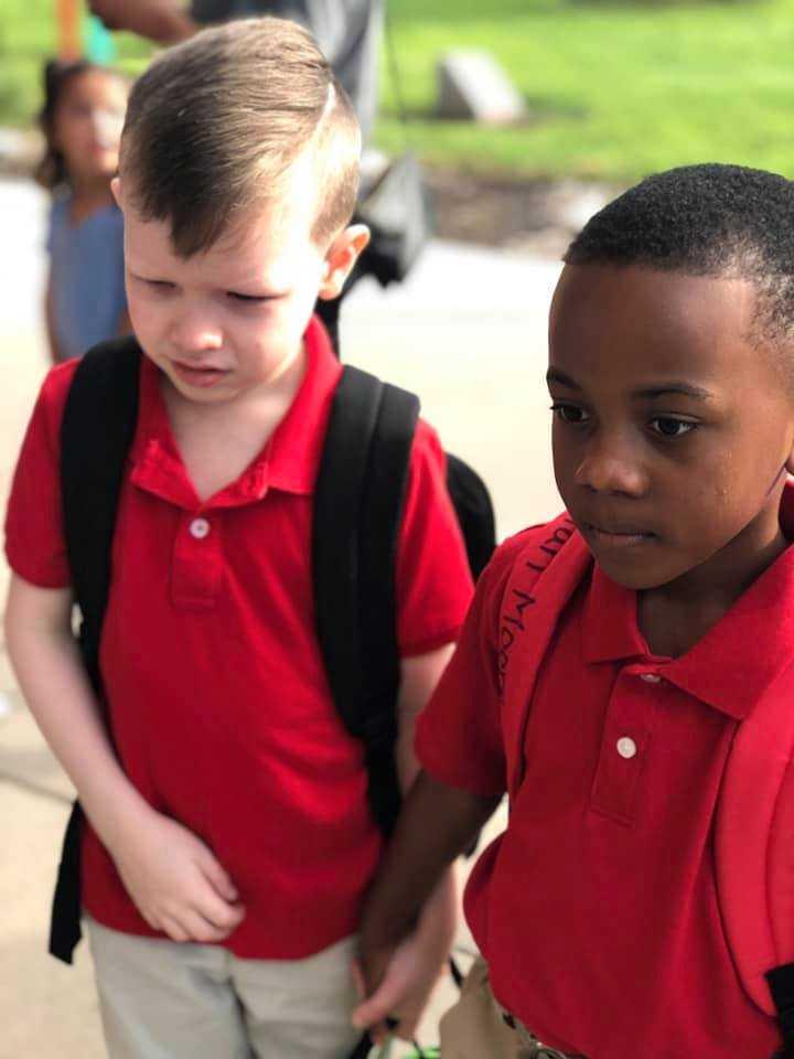 Christian, till höger, tog Connors hand och hjälpte honom in i skolan.