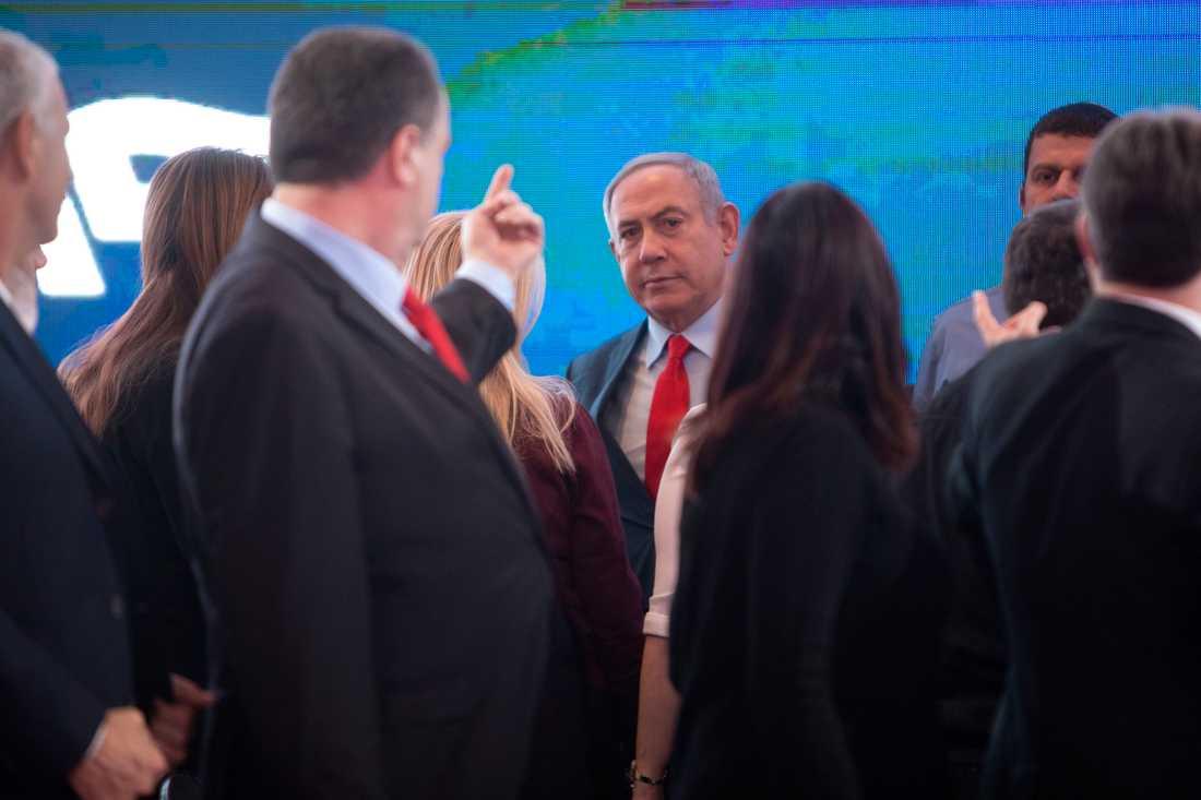 Israels premiärminister Benjamin Netanyahu kämpar i motvind inför det tredje valet på bara ett år. Bilden är från ett möte i Tel Aviv på söndagen.