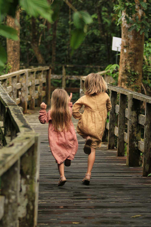 Penny och Beata på äventyr i Borneos djungel.