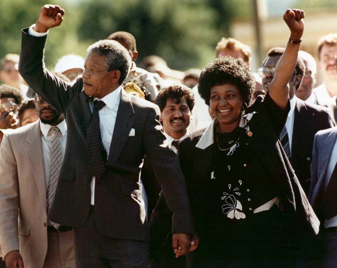 FRI – EFTER 27 ÅR I FÄNGELSE Nelson Mandela med hustrun Winnie strax efter att han släppts fri från fångenskapen på Robben island i Sydafrika.