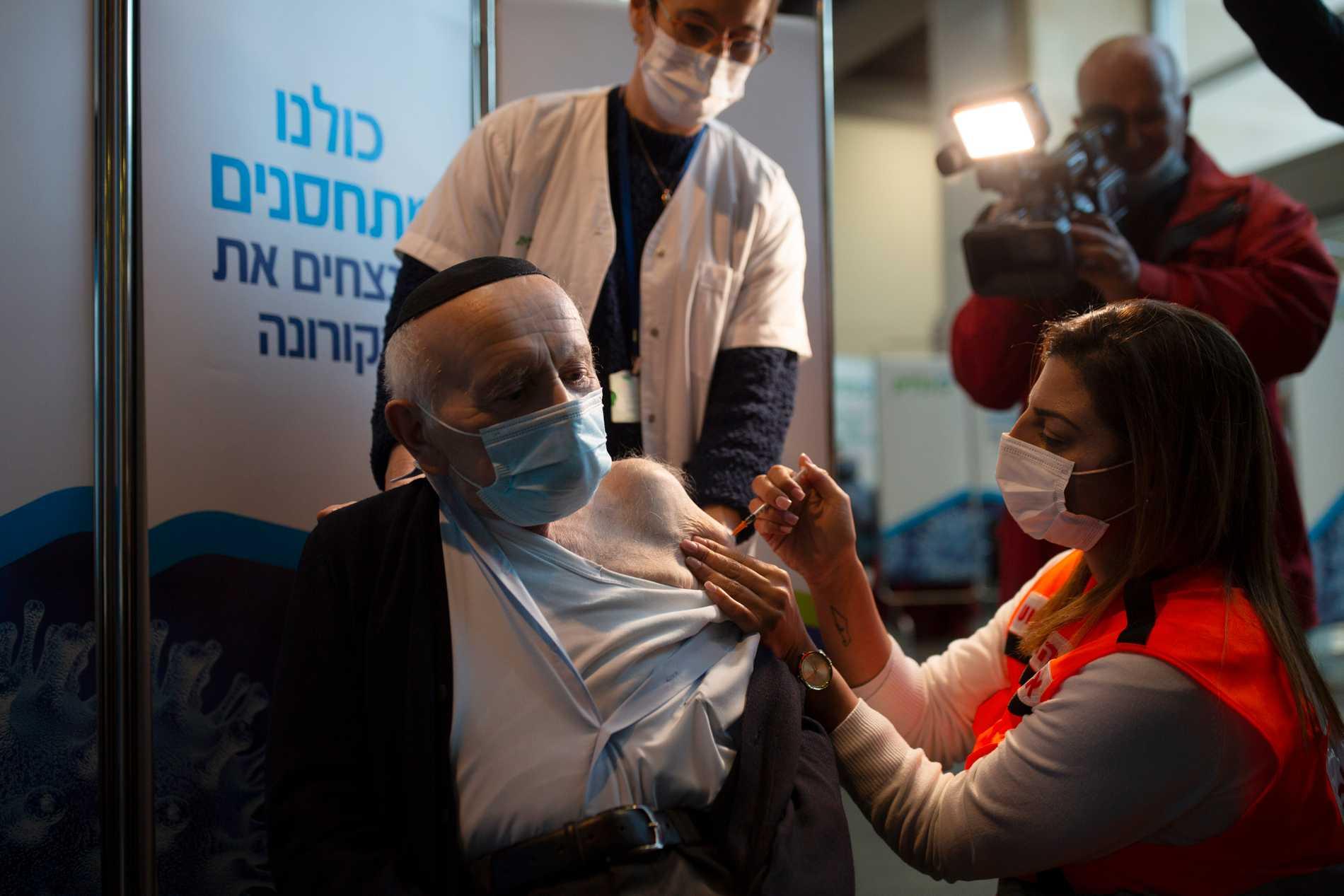 Joseph Zalman Kleinman, överlevare från Förintelsen, är en av de israeler som vaccinerades mot covid-19 i januari. Nu erbjuder Israel en tredje dos till personer över 60 år som fick den andra dosen för minst fem månader sedan. Arkivbild