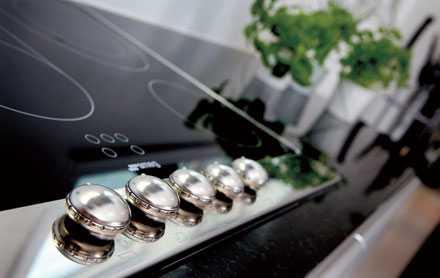 Spishällen i svart glaskeramik och snygga retroknappar kommer från Smeg.
