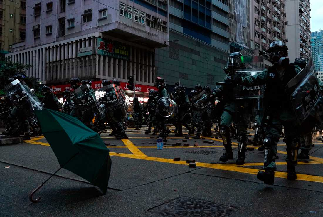 Polis skingrar aktivister i Hongkong i söndags. Arkivbild.