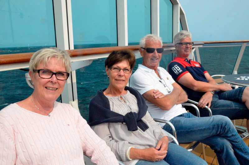 Uppsalagänget Gunilla Dackefors, Marianne Pettersson, Seth Pettersson och Börje Larsson njuter av solen högst upp i aktern på Birka.