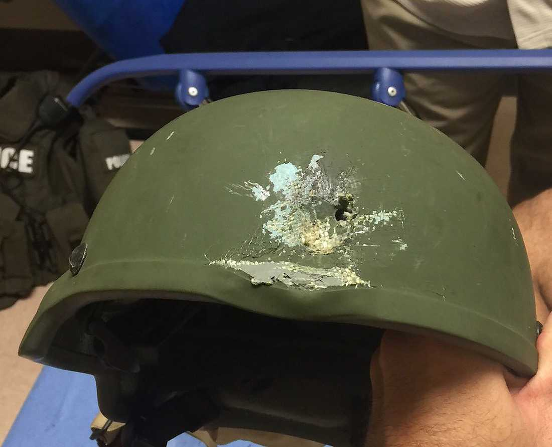 Orlando Police Departments egna bild på en hjälm som bars av en polisman på klubben. Hjälmen räddade hans liv när han träffades av en kula.