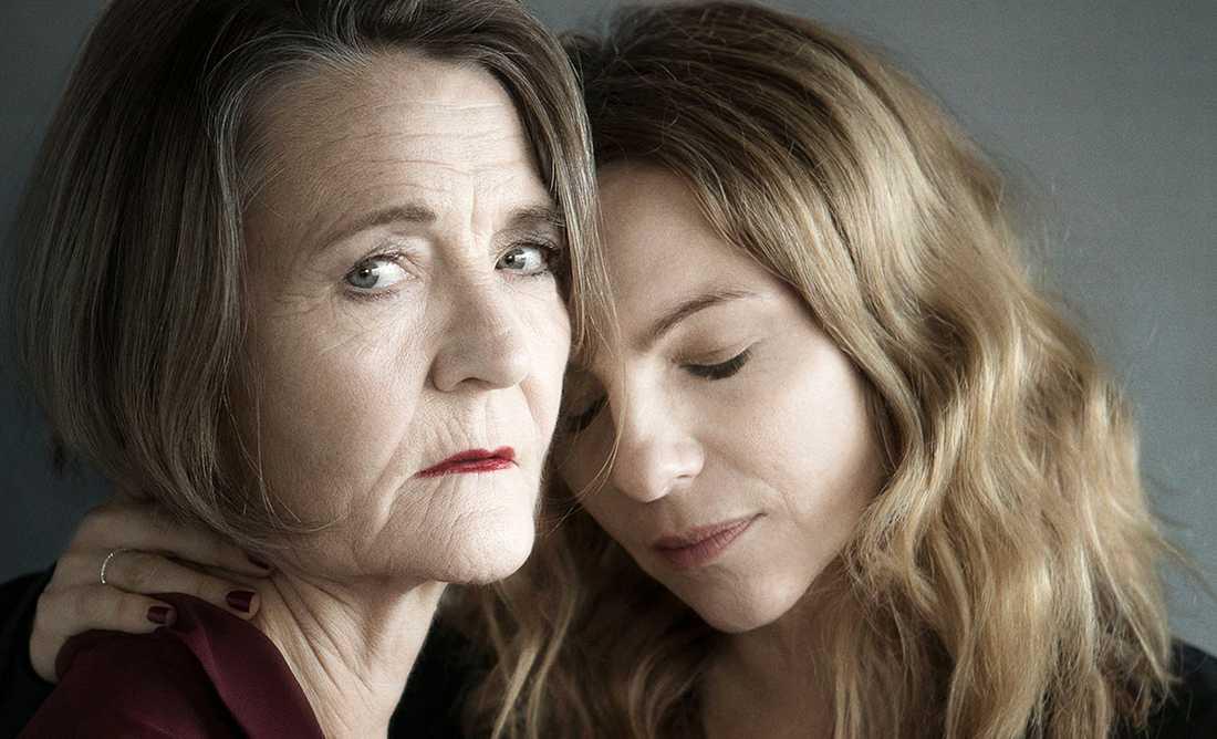 """Ann Petrén och Sofia Ledarp i """"Jag är en annan nu"""" på Stockholms stadsteater."""