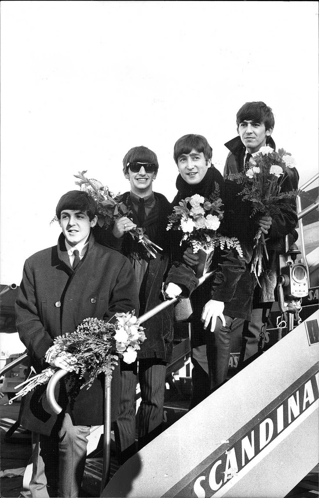 ÅTERVÄNDE TILL SVERIGE 1964 var Beatles tillbaka i Sverige. Här på väg av från flygplanet: Paul McCartney, Ringo Starr, John Lennon och George Harrison.