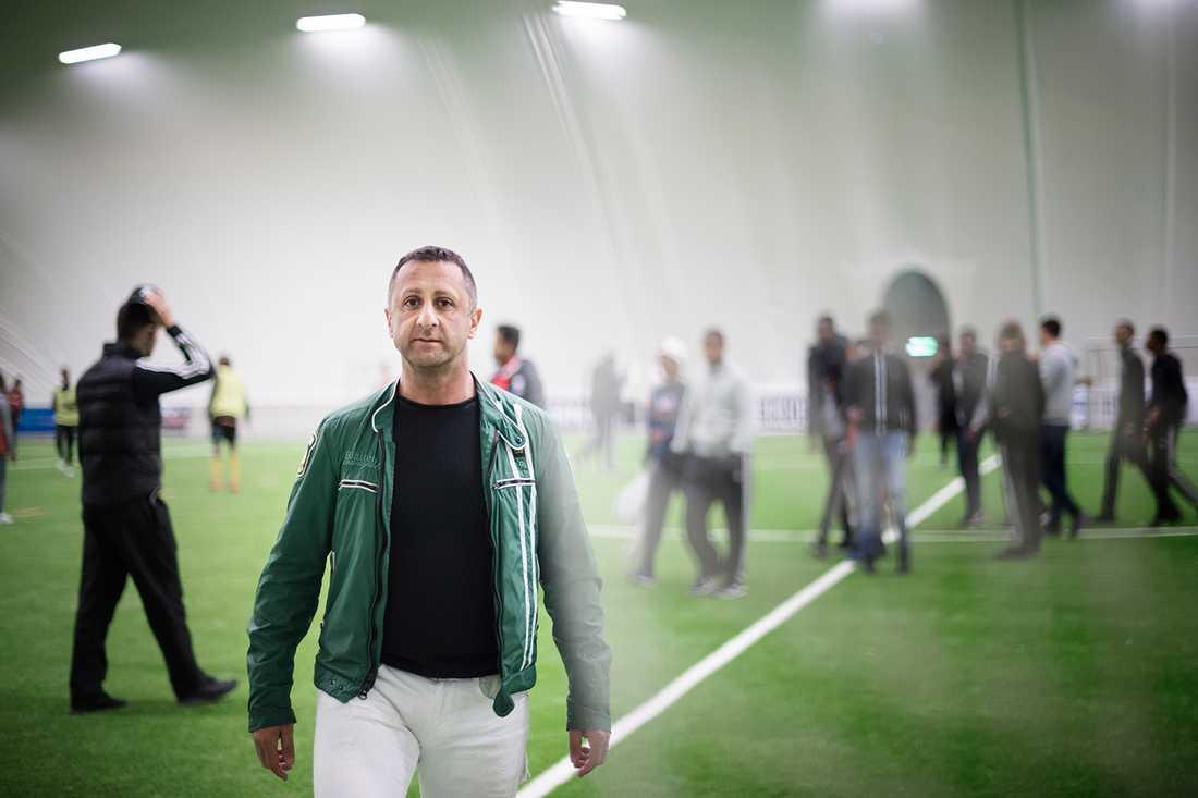 Samir på Grimsta IP där han engagerar sig i nattfotboll för unga killar.