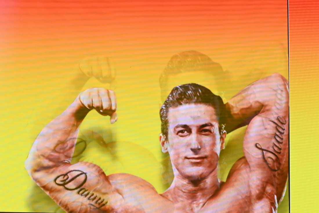 Danny och Saade – intatuerat på armarna. Led-skärmen bakom Sannex innehåller den dolda flirten med konkurrenterna